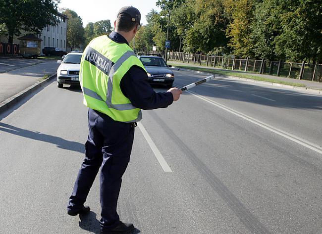 Policists stādina kādu... Autors: Rūteris Kā apčakarēt policistu!