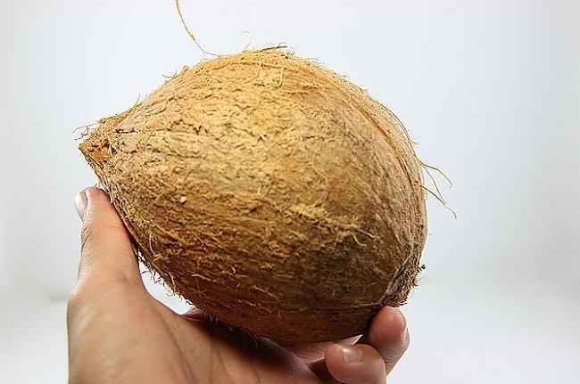 Izvēlies svaigu... Autors: plunkš Kā iegūt kokosrieksta skaidiņas?