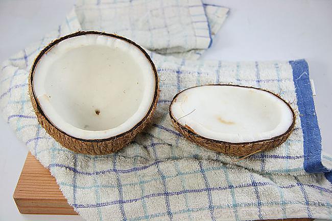 saplēs uz pusēm to ietinot... Autors: plunkš Kā iegūt kokosrieksta skaidiņas?